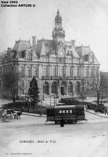 un tramway passe devant l'hôtel de ville