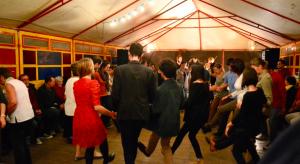 Des jeunes (et pas que) dans un bal trad en Haute-Vienne, septembre 2015.